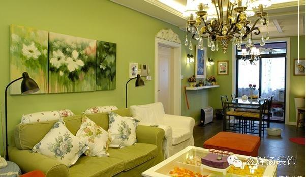 客廳中間金黃色沙發調節了墻面顏色